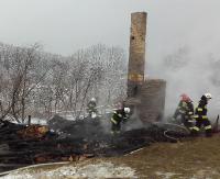 GMINA KOMAŃCZA: Zapalili w kominku i poszli do pracy, zobaczyli jak budynek płonie (ZDJĘCIA)