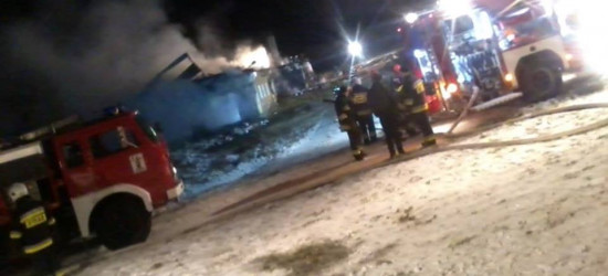 Palił się dom połączony z oborą. Poparzony gospodarz (FOTO)