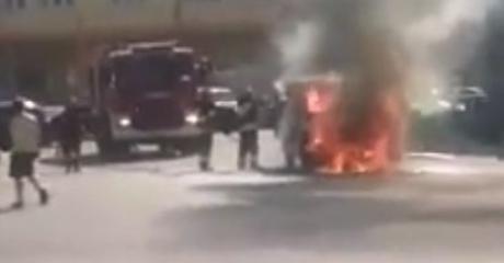AKTUALIZACJA: Pożar samochodu na Dworcowej. Auto spłonęło doszczętnie (FILM)
