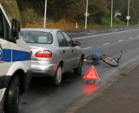 Rowerzysta wjechał w osobówkę i wybił szybę. Kierowca auta na promilach