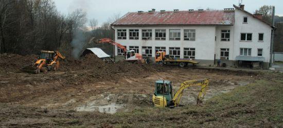 Prace ruszyły. Nowe życie szkoły w Raczkowej (FOTO)