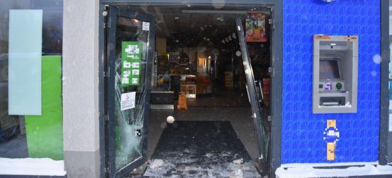 PODKARPACIE: Samochodem taranowali witryny sklepów! Następnie dokonywali kradzieży