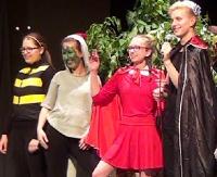 """Na scenie dla rozrywki, w ciągu roku charytatywnie. """"Pokaz talentów"""" uczniów Gimnazjum nr 2 (FILM)"""