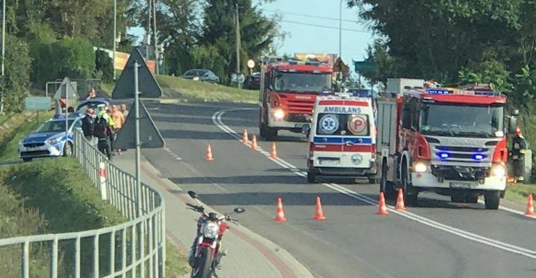 Złamana ręka i noga motocyklisty po zderzeniu z osobówką