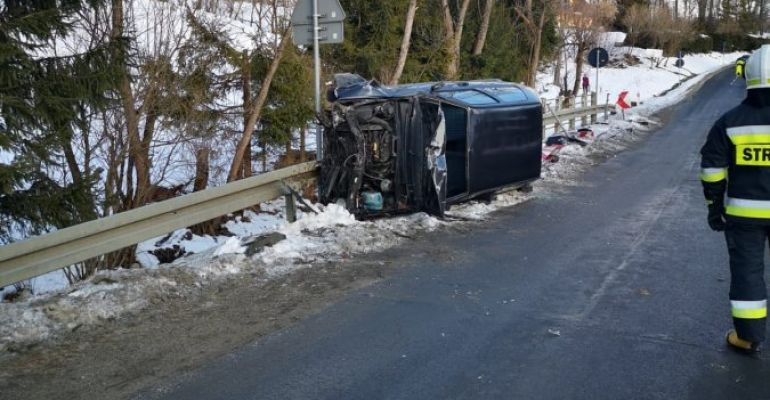 BIESZCZADY: Dachował samochodem. Miał blisko 4 promile! (ZDJĘCIE)
