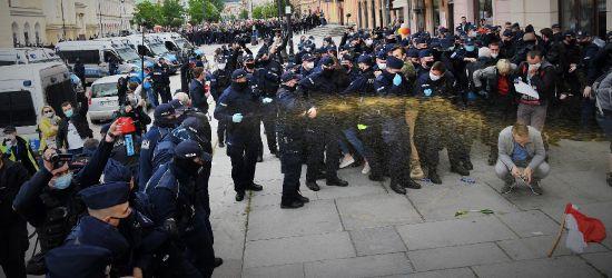 """Gaz i ostre interwencje policji na demonstracji """"Strajk Polaków"""" w Warszawie. Tego nie zobaczysz w TVP"""