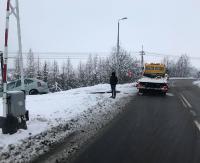 PISAROWCE: Citroenem wjechał do rowu tuż przed przejazdem kolejowym (ZDJĘCIA)