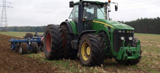 Wypadek w Srogowie Górnym. Mężczyzna przygnieciony przez traktor