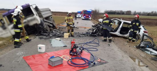 TRAGICZNY WYPADEK! Nie żyje kierowca samochodu, który zderzył się z ciężarówką (FOTO)