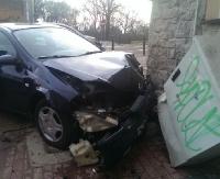 Groźnie na skrzyżowaniu Jagiellońskiej z Podgórzem. Uderzył autem w budynek (ZDJĘCIA)