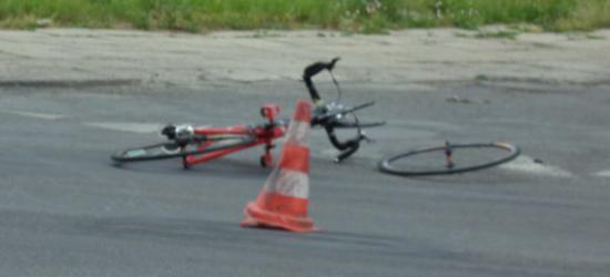 AKTUALIZACJA: Rowerzysta potrącony na ul. Krakowskiej. Odbił się od jednego pojazdu, uderzając w drugi (ZDJĘCIA)