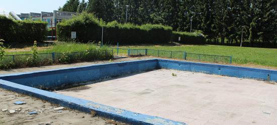 BURMISTRZ PIÓRO ODPOWIADA NARODOWCOM: Na basen trzeba poczekać