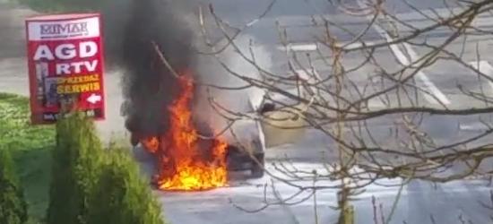 SANOK: Na chodniku spłonął samochód (ZDJĘCIA INTERNAUTY)