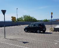 Samotny jeździec na pustym parkingu. Przejazd to najbardziej atrakcyjne miejsce (FOTO)