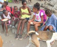 """Parafia na Posadzie pomaga dzieciom z Wysp Zielonego Przylądka. """"Dzięki nam nie są głodne"""" (GALERIA)"""