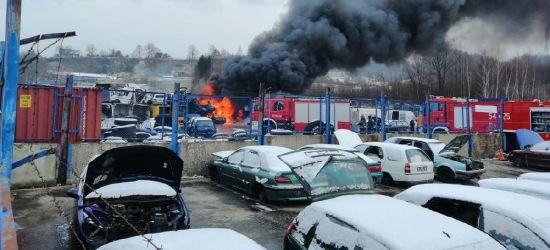 Pożar na autozłomie. Kilka wraków stanęło w ogniu (ZDJĘCIA)