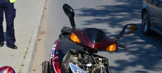 Niebezpiecznie w Iwoniczu. Motorowerzysta wjechał w tył opla (FOTO)