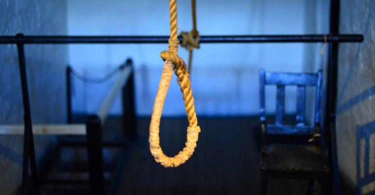 22-latek z pętlą na szyi. Wisiał na barierce
