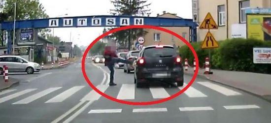 SANOK: Cios karate na przejściu dla pieszych! (VIDEO)