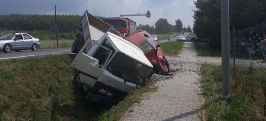 DŁUGIE: Zderzenie dwóch samochodów. Pojazdy wpadły do rowu (NOWE ZDJĘCIA)