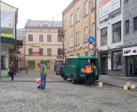 INTERWENCJA: Kostka na Placu św. Michała wraca na swoje miejsce (ZDJĘCIA)