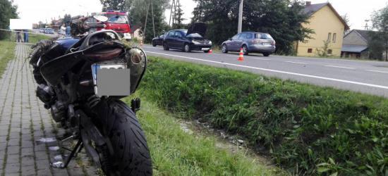 Motocyklista wjechał w peugeota. Dwoje kierujących w szpitalu (FOTO)