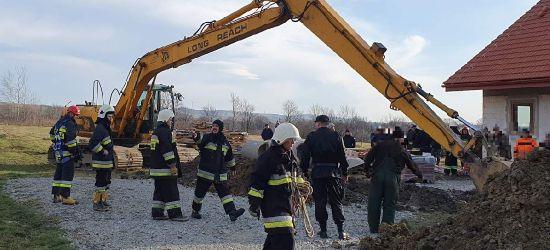AKTUALIZACJA: Mężczyzna przysypany ziemią! Trwa akcja ratunkowa (ZDJĘCIA Z MIEJSCA ZDARZENIA)