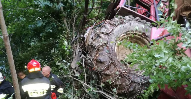 Traktor stoczył się ze skarpy, trzy osoby zostały ranne (FOTO)