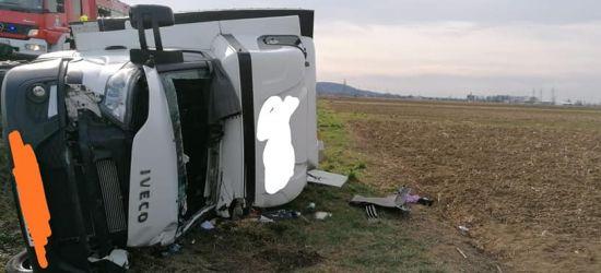 BESKO. Przewrócony dostawczak. Kierowca zakleszczony w pojeździe (ZDJĘCIA)