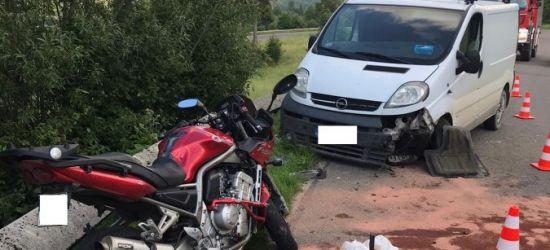 Motocyklista uderzył w samochód dostawczy. Trafił do szpitala (ZDJĘCIA)