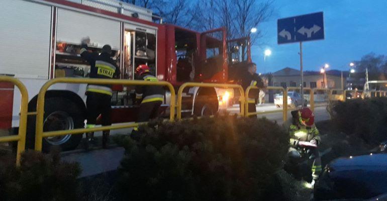 SANOK: Małe dziecko zatrzaśnięte w samochodzie. Akcja strażaków (ZDJĘCIA)