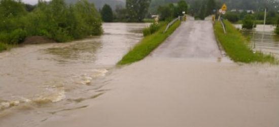 Zalany most w Dobrej. Nieprzejezdna droga w Uluczu (VIDEO)