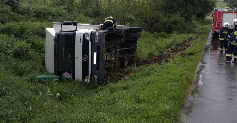 TYRAWA/MRZYGŁÓD: Ciężarówka w rowie. Młody kierowca w szpitalu (ZDJĘCIA)
