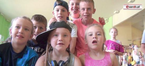 Wyjątkowy prezent na Dzień Dziecka od rodziców z Niebieszczan. Świetna zabawa podczas bajki o dżinie (FILM)