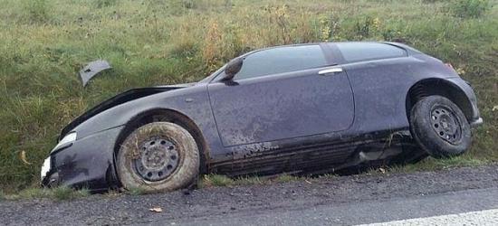 20-latek stracił prawo jazdy. Wpadł w poślizg i wjechał do rowu