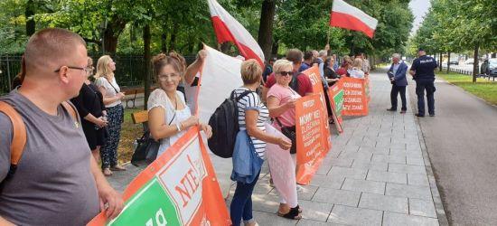 """Mieszkańcy zdeterminowani. Manifestacja w Warszawie! """"NIE dla poszerzenia Sanoka""""!"""