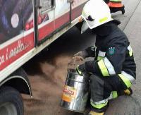 Rozlany olej i śliska jezdnia. Strażacy usuwali zagrożenie (ZDJĘCIA)