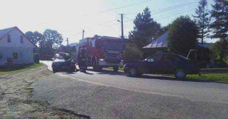 AKTUALIZACJA: Czołówka opla z roverem w Mrzygłodzie. Dwie osoby trafiły do szpitala (ZDJĘCIA)