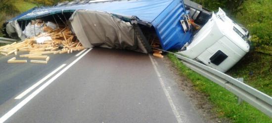 BIESZCZADY: Kierowca ciężarówki wjechał w drzewo. Miał ponad 3 promile! (WIĘCEJ ZDJĘĆ)