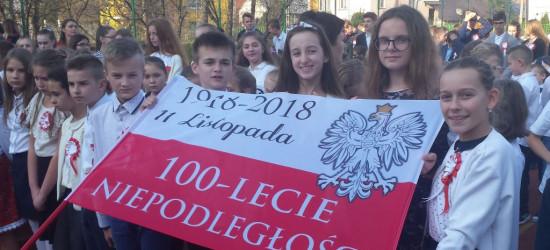 SP BESKO: Taniec z biało-czerwoną i wspólne śpiewanie hymnu. Dla niepodległej! (FILMY)