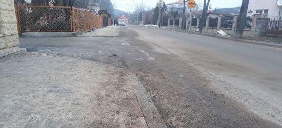 """AKTUALIZACJA: """"Piach na chodnikach. Pieniądze wzięli, robota nieskończona?"""" (FOTO)"""