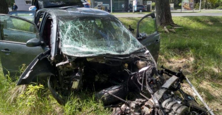 PODKARPACIE. Samochód uderzył w drzewo. Z pojazdu wypadł silnik! (ZDJĘCIA)