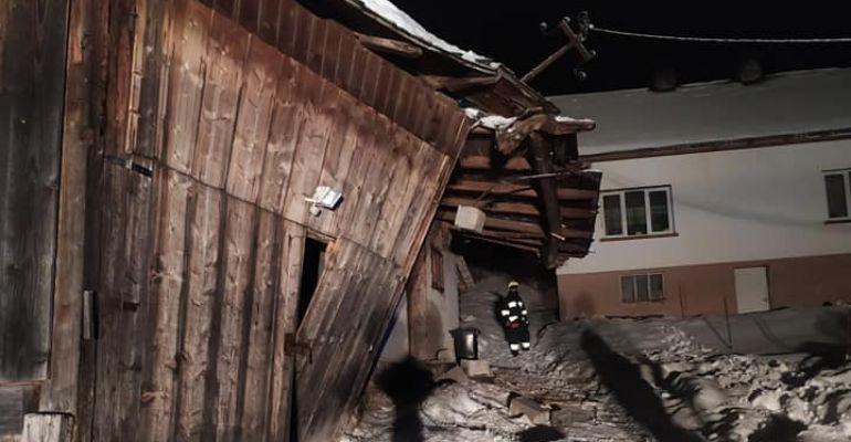 BIESZCZADY. Zawalił się dach budynku gospodarczego. Pomogli strażacy OSP (ZDJĘCIA)