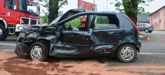 Zderzenie z ciężarówką. Mężczyzna zakleszczony w pojeździe (ZDJĘCIA)