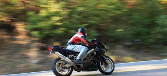 """LESKO: Pościg za pijanym motocyklistą. Jechał bez kasku i ,,pod prąd"""""""