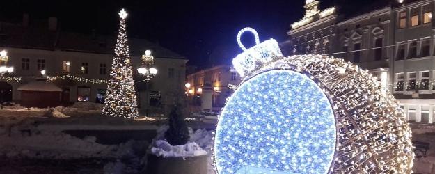 RYNEK SANOK: Kolorowa choinka i wielka bombka. Jak Wam podobają się świąteczne dekoracje? (ZDJĘCIA)