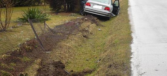 BRZOZÓW: Kierowca BMW zjechał z drogi i zniszczył 10 metrów ogrodzenia (ZDJĘCIA)