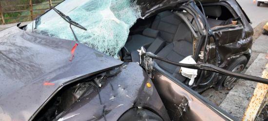PODKARPACIE. Nietrzeźwy 22-latek wjechał w barierkę. Samochód doszczętnie zniszczony (ZDJĘCIA)