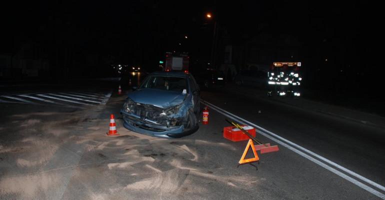 Zderzenie forda z peugeotem. 20-latek przetransportowany do szpitala (FOTO)