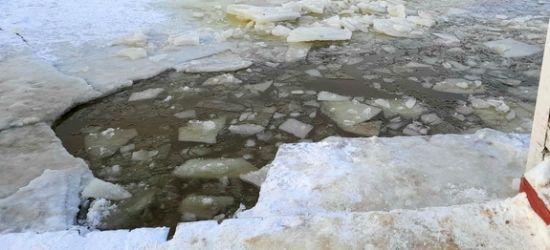 PODKARPACIE: Pod kierowcą skutera śnieżnego załamał się lód
